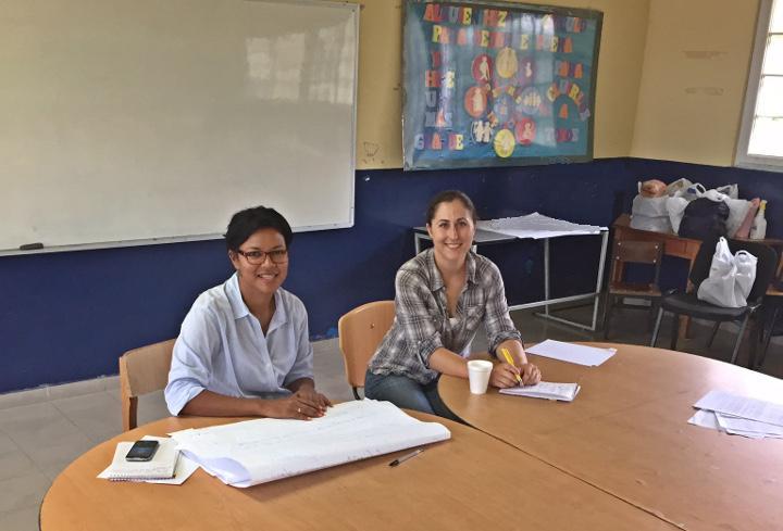 Alicia Entem (d) y Guillermina De Gracia (i) en una sesión de grupo de enfoque en El Giral, Panamá.   Fotografía: Vic Adamowicz.