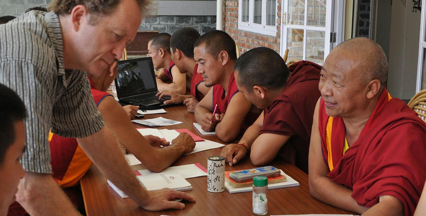 Chercheurs expliquant le concept aux moines