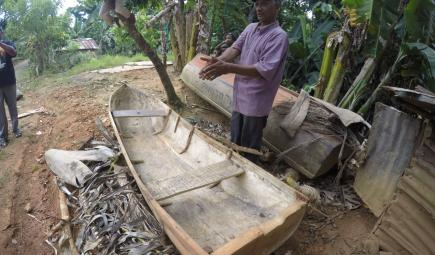 Man explaining how to make a cayuco or small river canoe
