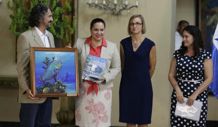 Scientist  introducing reef conservation project with Honduran First Lady