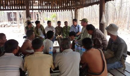 Discussion entre des chercheurs du Smithsonian et des membres d'une communauté locale sur la préservation du cerf d'Eld