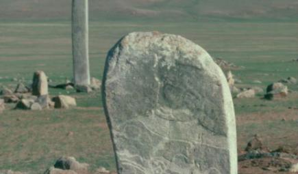 Short stone pillar with deer markings