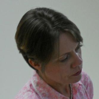 斯坦芬妮•霍恩贝克 (Stephanie Hornbeck) 为海地国立先贤祠博物馆 (MUPANAH) 已修复的藏品亚历山大•佩蒂翁 (Alexandre Pétion) 石膏半身像进行面貌还原。   照片来源:斯坦芬妮•霍恩贝克 (Stephanie Hornbeck)。