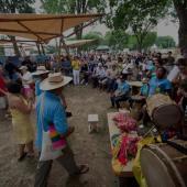 Musiciens et public pendant un festival culturel en Colombie.