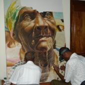 两位保护专家在研究壁画