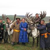 查坦向导们和家人与驯鹿拍照