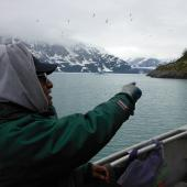 Un ancien de la tribu Tlingit du Yakutat dans un bateau à proximité d'un camp de chasseurs de phoques en Alaska