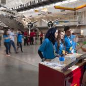 科学研讨会的参与者在飞机前