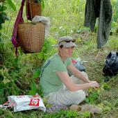 梅尔•桑格 (Mel Songer) 在缅甸勃固山脉跟踪一头因被捕捉而与人发生冲突的大象的途中小憩。   照片来源:克里斯蒂•桑普森 (Christie Sampson)。