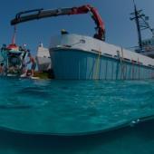 Cápsula submarina Curasub lanzada desde la grúa de un buque de investigación