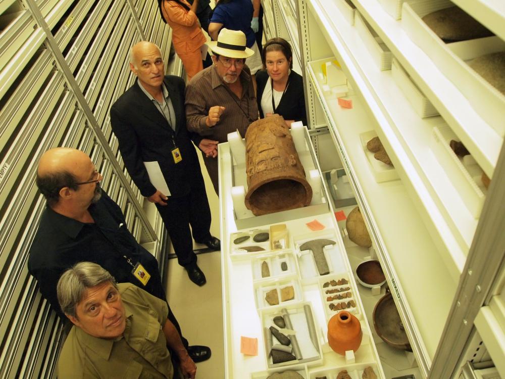 2011 年,CILP 组织了其首个跨学科讲习班。  图中,何塞•巴雷罗 (Jose Barreiro),奥斯瓦尔多•加西亚-戈伊科 (Osvaldo Garcia-Goyco),胡安•曼努埃尔•德尔加多•科隆 (Juan Manuel Delgado Colón),亚历杭德罗•哈特曼 (Alejandro Hartmann) 及艾米丽•史基斯 (Emily Skeels)(从左到右)在参观 NMAI 收藏。  照片来源:  史密森尼博物院。
