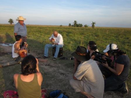费利克斯、卡洛斯和维克托演奏传统的草原牧民 (llanero) 歌曲 。   照片来源:María Angélica Rodríguez Ibáñez
