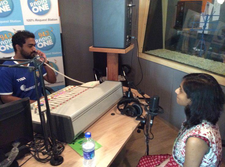 آر جيه فيكرام من راديو وان يُجري مقابلة مع ماسوم مومايا، أمين مركز آسيا والمحيط الهادئ وأمريكا بسميثسونيان، بتشيناي في الهند، نوفمبر 2014.   صورة من القنصلية   الأمريكية بتشيناي