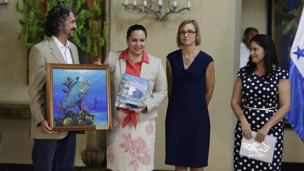 Melanie with the First Lady of Honduras, Ana García de Hernández (center left) during the launch of the 2015 Mesoamerican Reef Report Card. Credit: Leonel Estrada/ Press Office Honduras.