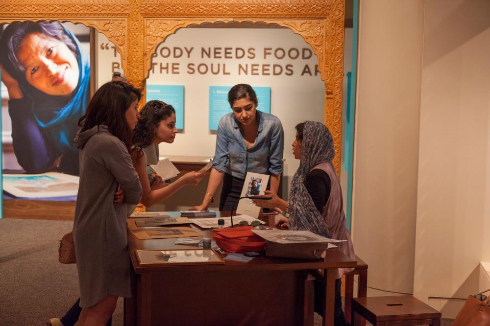 艺术家和展览上的游客交谈。