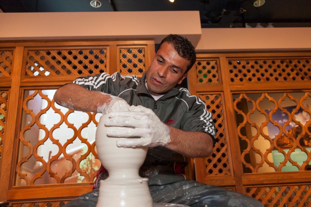 艺术家正在展览上制作陶罐。