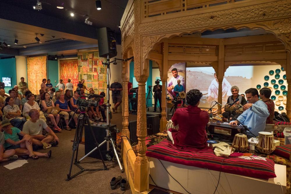 يستضيف المعرض في عطلة نهاية الأسبوع الموسيقيين والشعراء الأفغان وتُعقد فيه المناقشات
